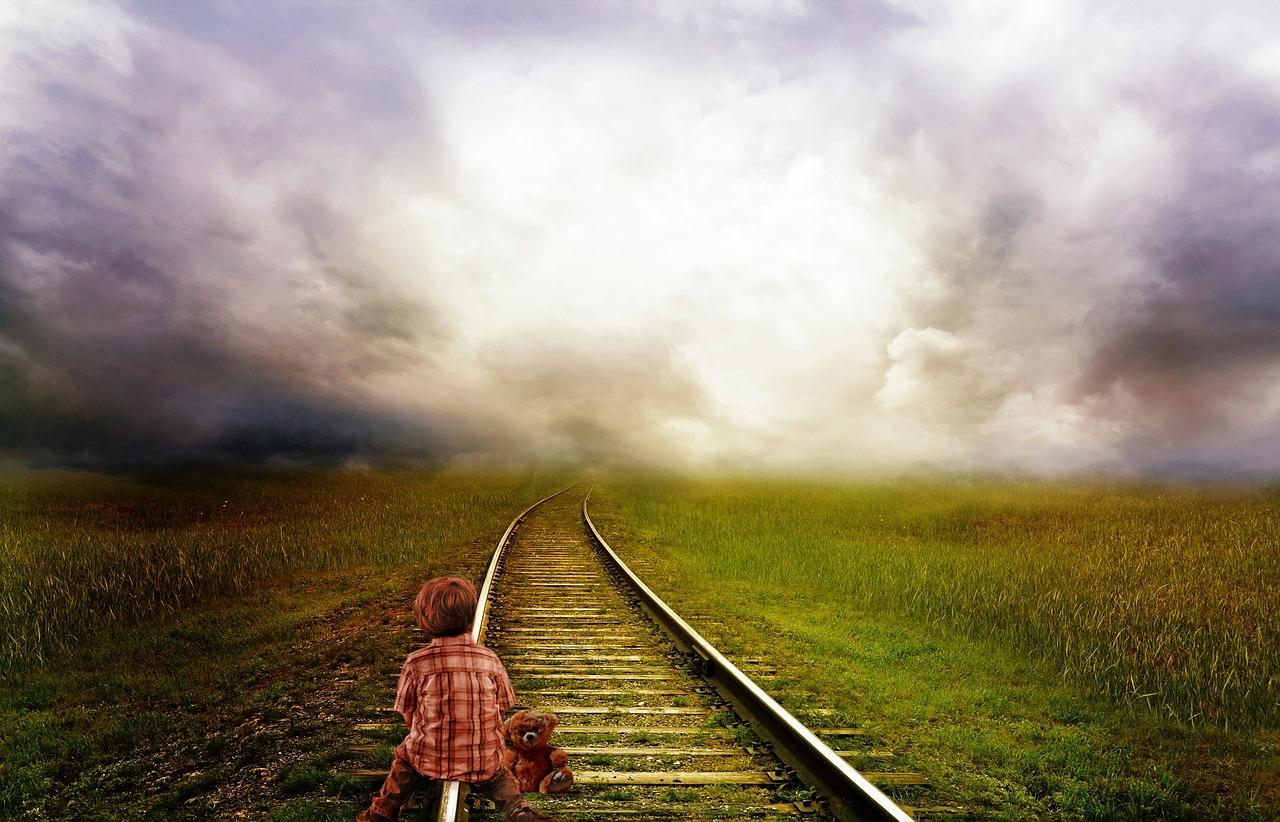 Kind auf Schienen